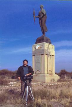 Bastian St. Claire antes de que robaran la estatua que aparece detrás