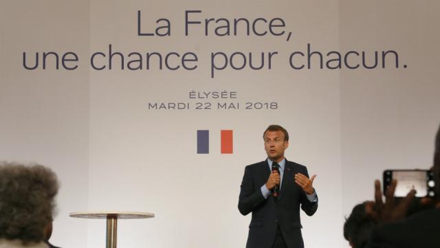Emmanuel Macron de plus en plus poussé par son clan vers le social ... - france24.com