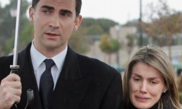 Letizia llora en el funeral de su hermana Erika Ortiz acompañada por el principe Felipe