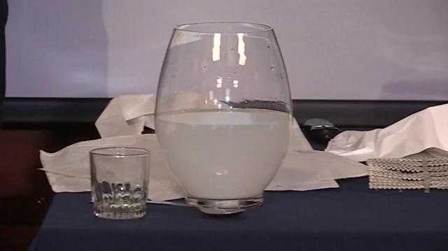Tras disolver la bolsa el agua queda turbia pero potable y apta para el consumo humano