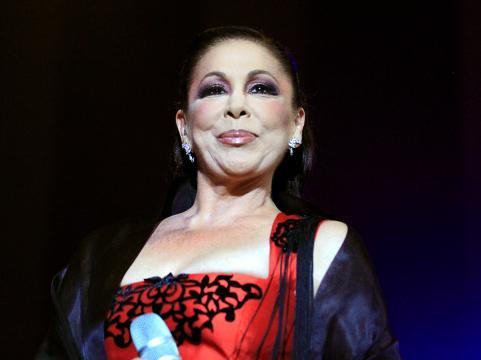 Isabel Pantoja enfadada en un concierto cantando