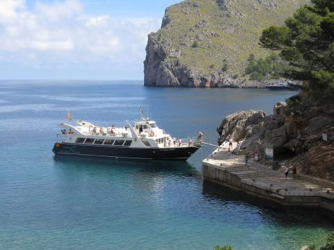 Tourist boat on the North West coast of Majorca. [Image credit – Adrian Pingstone, Wikimedia Commons]