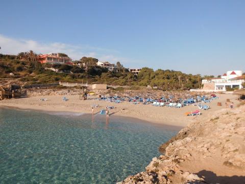 View of the beach of Cala Domingos. [Image credit – Herodotptlomeu, Wikimedia Commons]