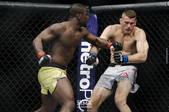 Alhassan dio un TKO rápido a Niko Price en la pelea que abrió la cartelera estelar. UFC.com.
