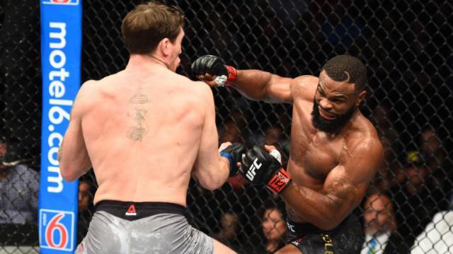 Woodley fue agresivo con su striking desde el round 1. UFC.com.