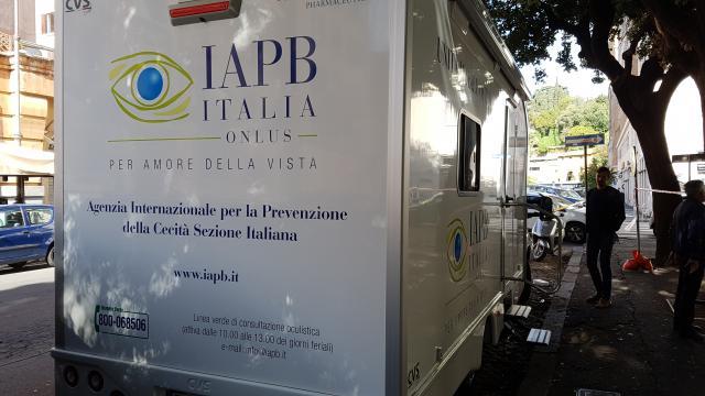 Unità mobile oftalmica della IAPB Italia onlus a Roma (info: www.iapb.it)