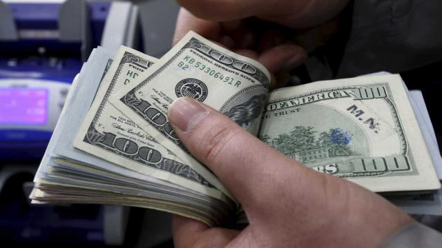 Dólar cai, tendo leve aumento de 1 cent no fim de semana e Bolsa sobe