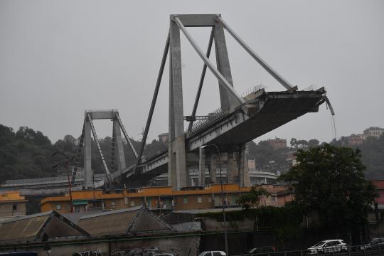Il Ponte Morandi dopo il crollo dello scorso mese