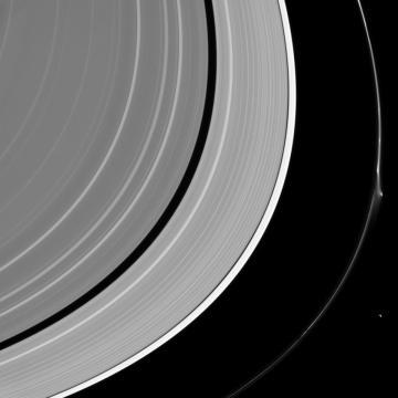 La lágrima en el anillo de Saturno. Créditos: NASA