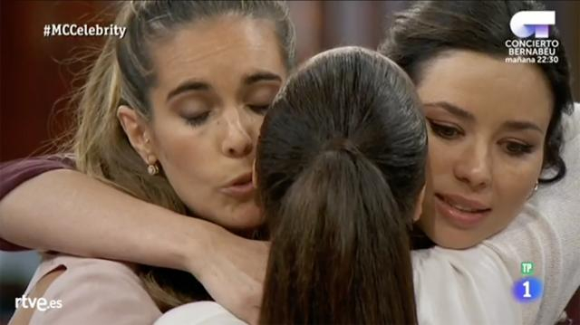 Los aspirantes abrazando a Paula Prendes tras su expulsión.