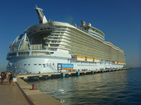 MS Oasis of the Seas - Aug. 2011. [Image source/Stephen and Katherine, Wikimedia Commons]