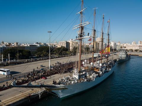 El Elcano en el muelle en la despedida al iniciar su crucero