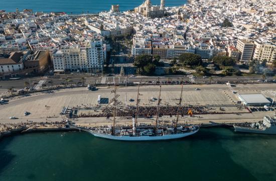 El Juan Sebastián Elcano congrega una multitud en el muelle en despedida