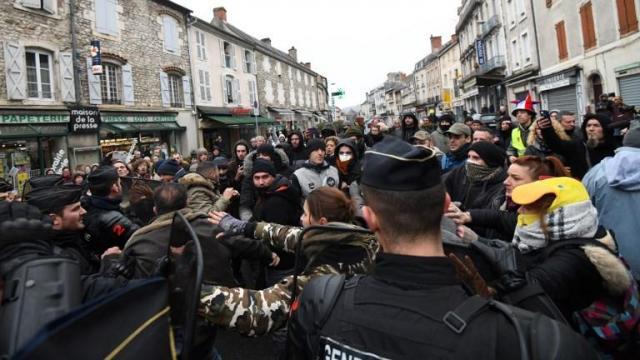 EN DIRECT - Grand débat national : échauffourées à Souillac - lci.fr