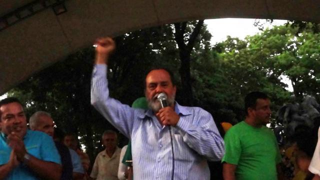 Diputado Ezequiel Pérez felicitando a los docente por luchar por su reivindicaciones
