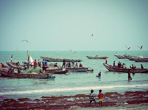 Pescadores llegando a la playa de Tanji
