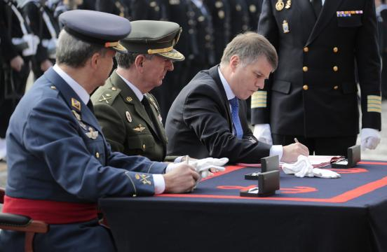 Acto oficial de la firma de entrega del nuevo barco