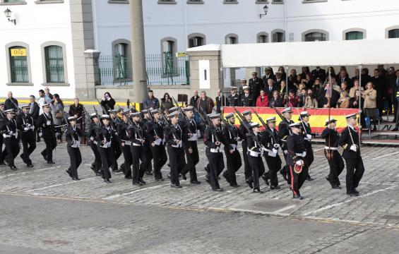 Desfile de la tripulación del Furor antes de abodar el nuevo barco