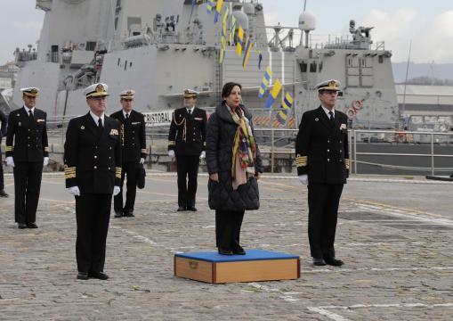 La ministra Robles recibe los honores de ordenanza