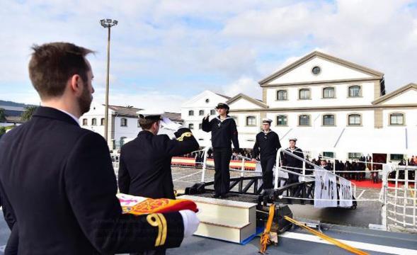 Uno a uno los marinos del nuevo barco son recibidos por el capitán