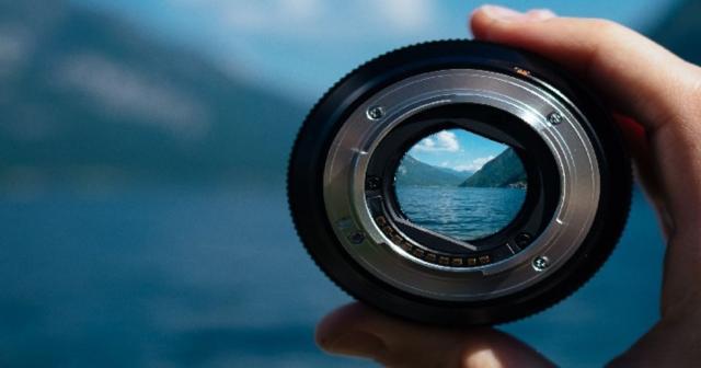 El objetivo de una cámara capta instantáneas de vida y de realidad