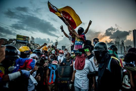 Manifestantes en el Estado de Táchira celebrando la ocupación de una de las principales autopistas hacia Caracas. Meridith Kohut (NYT)