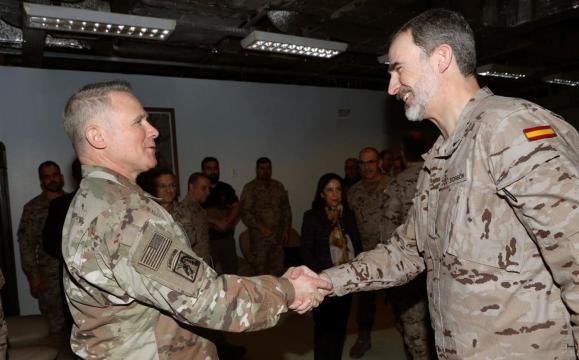 El Rey saluda al general Lacamara de EEUU, comandante de la misión aliada en Iraq