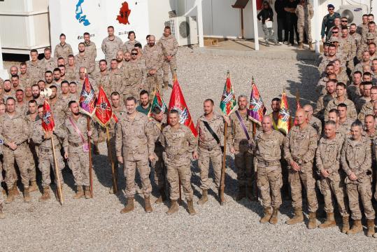 Foto de grupo en el patio de armas de la base