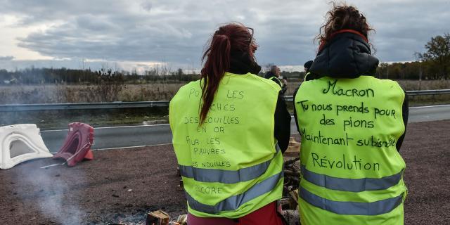 Les gilets jaunes restent mobilisés contre Macron