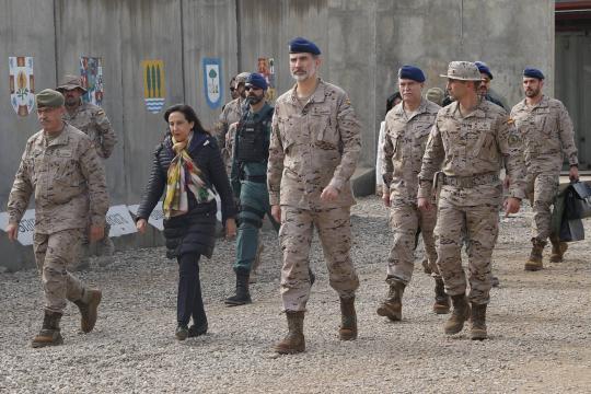 Revisando las instalaciones junto a la ministra de defensa