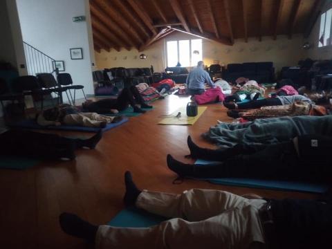 Una seduta di Rebirthing: rilassamento e concentrazione sono favoriti e guidati da esperti