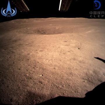 Primeira imagem do lado oculto da Lua feita pela sonda. (Foto: Administração Nacional Espacial da China/Xinhua News Agency via AP)