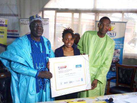 La Lauréate Juvénile Ngum en compagnie du Minjec et du chargé du bureau du PNUD à Yaoundé (c) Minjec