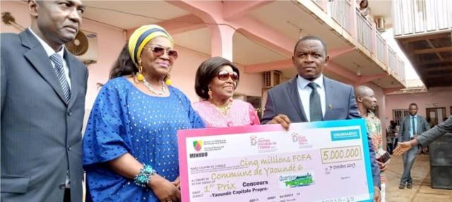 Le Maire de Yaoundé 6 Recevant son prix des mains du Minhdu Célestine Ketaca Courtès (c) Yaoundé 6