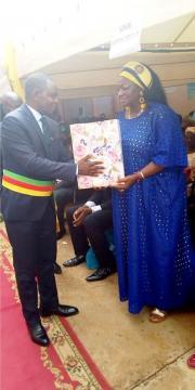 Yoki Onna Maire de Yaoundé 6 et mme Katcha Courtès Minhdu (c) Yaoundé 6