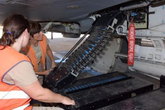 Cargando el cañón de un Eurofighter con proyectiles de 27 mm