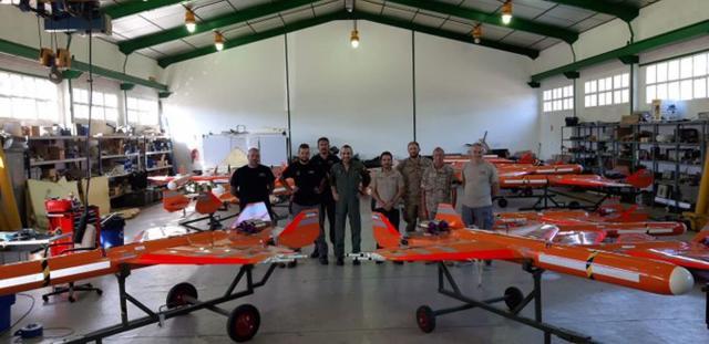El equipo de control de blancos radiodirigidos posa junto a sus drones
