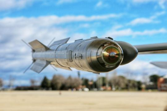 El misil Iris-T empleado para derribar aviones y drones enemigos a corto alcance