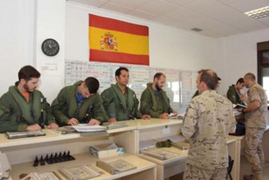 Los pilotos reciben instrucciones antes de iniciar sus misiones de caza