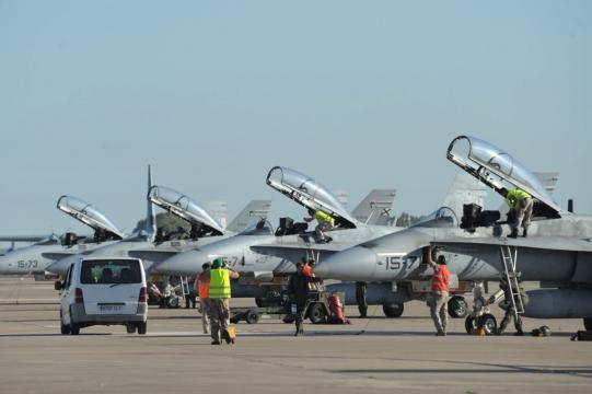 Una línea de cazas F-18 se prepara para las operaciones de interceptación