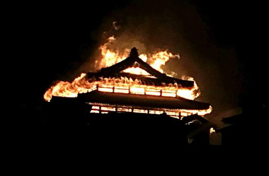 Patrimonio dell'Unesco in fumo, il Castello di Okinawa bruciato nelle prime ore del mattino.