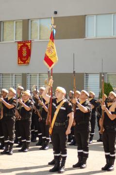 El estandarte de la UME se alza durante el aniversario de la unidad