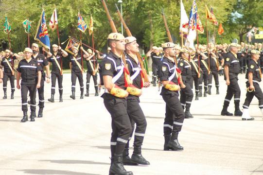 La tropas a pies de la UMe cierran el homenaje desfilando como cierre