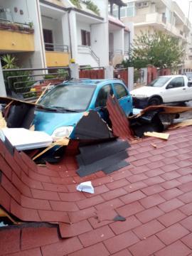 Una tettoia caduta rovinosamente su un'auto.