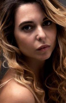 Lo sguardo di Eleonora Puglia in uno scatto a colori