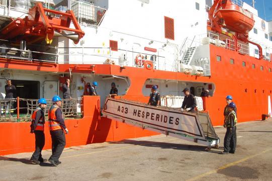 Asegurando la pasarela para las últimas subidas al navío antes de partir