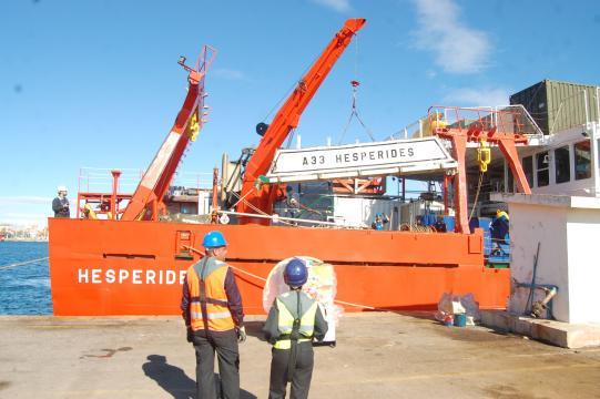 Asegurando las últimas cargas en el navío antes de zarpar