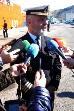 El capitán del buque, comandante José Emilio Regodón, atiende a los medios informativos