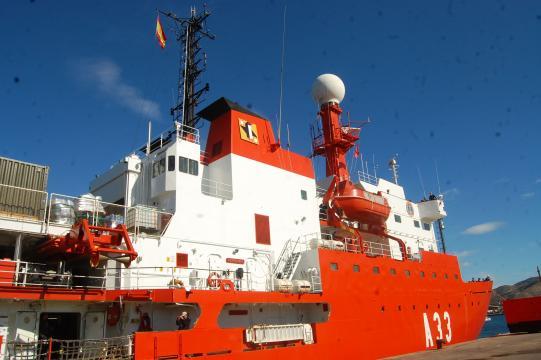 el vistoso esquema de pintura del Hespérides le hace inconfundible con otros buques de la Armada