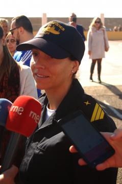 Una joven sargento atiende a los medios antes de zarpar